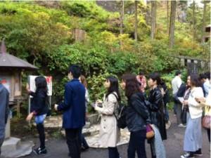 榛名神社のおみくじに並ぶ女性